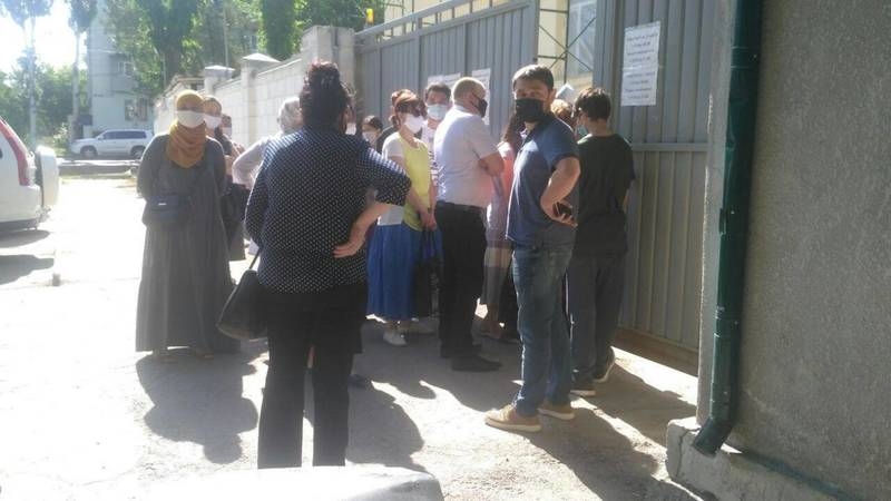 В госсанэпиднадзоре Бишкека образовалась очередь для сдачи анализа на коронавирус. Пояснение Минздрава