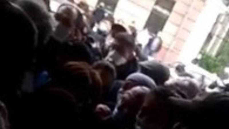 Возле посольства КР в Москве собрались кыргызстанцы. Видео