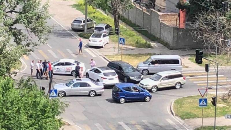 Неработающий светофор вновь стал причиной ДТП на Уметалиева-Фрунзе, - горожанин. Фото
