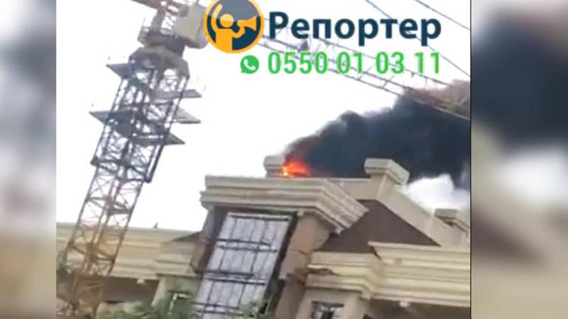 Очевидцы присылают видео и фото пожара в многоэтажном доме в Бишкеке