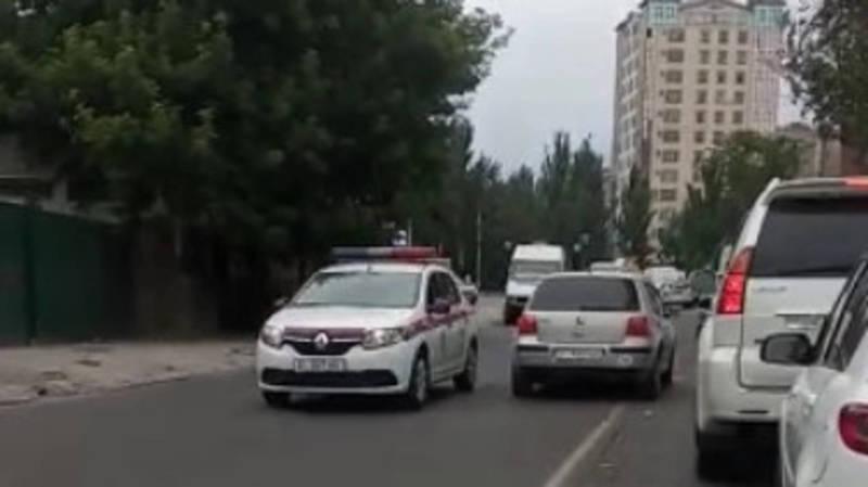 «Фольксваген Гольф» со штрафами на 75 тыс. сомов проехал по встречке мимо машины патрульной милиции. Видео