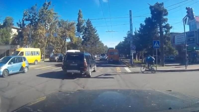 Водитель жалуется на опасную езду велосипедиста. Видео