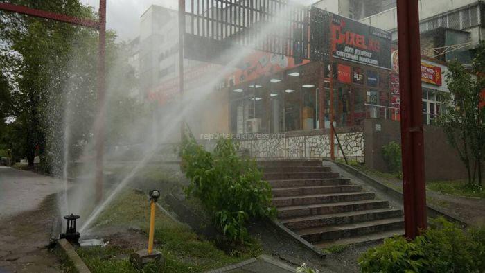 Фото, видео - В центре Бишкека прорвало трубу