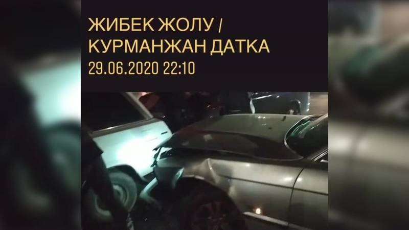 На пересечении Жибек-Жолу и Курманжан Датки произошло ДТП. Видео очевидца