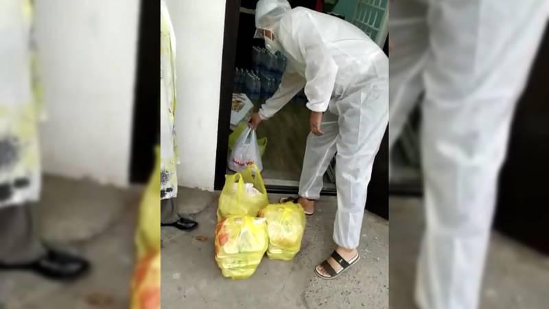 В Бишкеке добровольцы доставляют еду медработникам в больницах. Видео