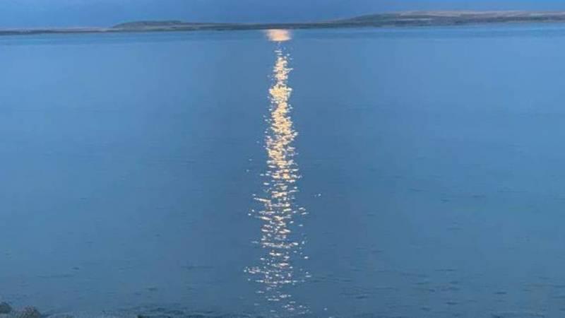 Еще одна лунная дорожка на Иссык-Куле. Фото из села Кутурга
