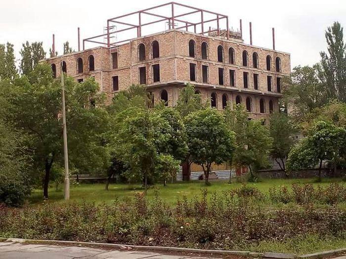 Житель Бишкека: Законно ли идет строительство многоэтажного здания в парке им.Панфилова?