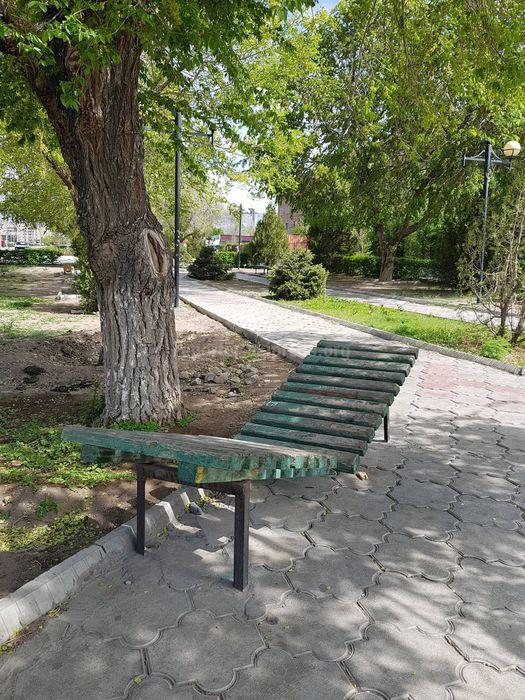 На ул.Гагарина в Балыкчы сломали скамейку (фото)
