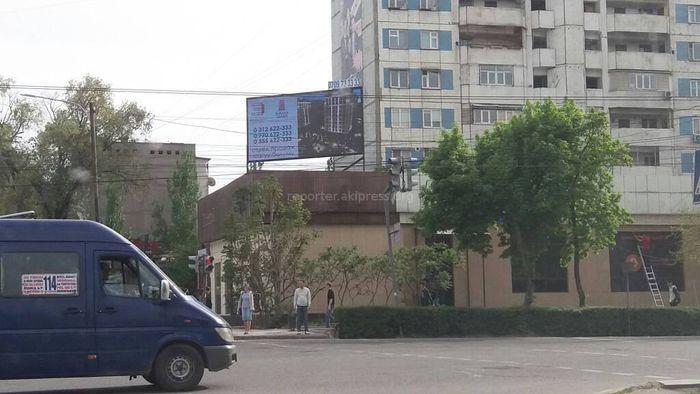 УЗС мэрии Бишкека выясняет законность рекламного щита на проспекте Чуй