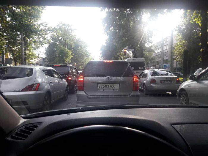 Фото — Бишкекчанин сомневается в законности госномера машины, на котором нет госфлага