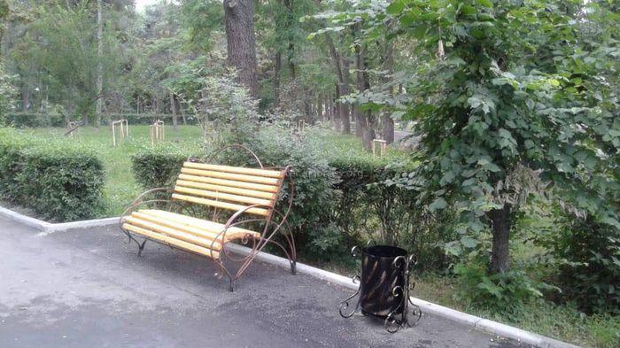 «Тазалык»установил дополнительные скамейки и урны в сквере им.Тоголок Молдо (фото)