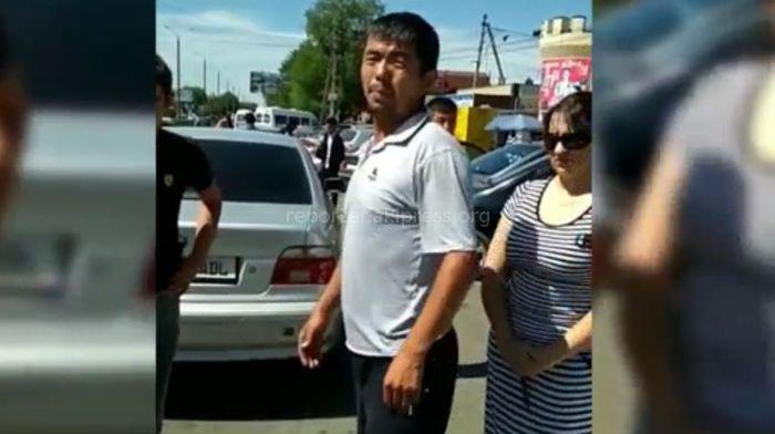 УОБДД Бишкека ищет водителя «Тойоты», припарковавшегося на «зебре» и показавшего средний палец пешеходам