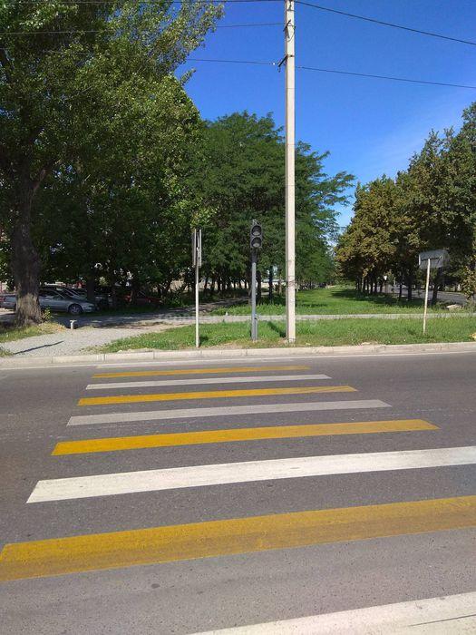 На Чуй-Ауэзова нанесли новую «зебру», которая ведет к дорожному знаку и светофору (фото)