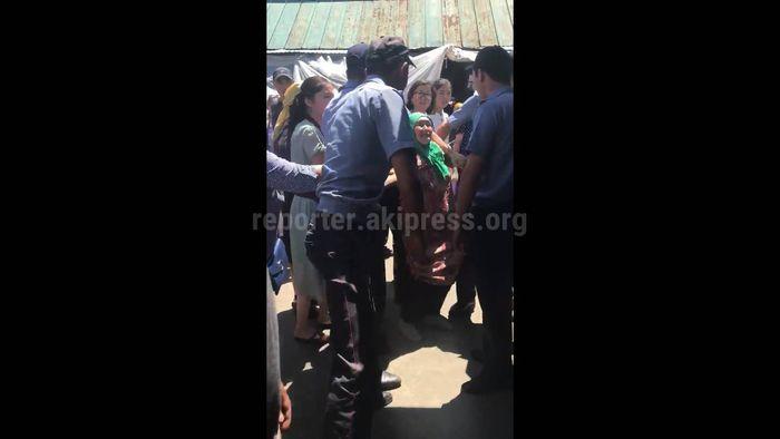 Видео — На Ошском рынке произошла стычка между милиционерами и попрошайками