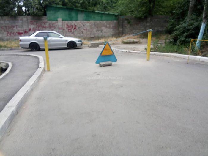 Законно ли перекрыли проезд рядом с домом №45 в мкр Аламедин1? (фото)