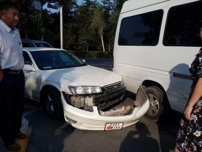 Фото — Маршрутка с пассажирами и «Тойота» попали в ДТП на Манаса–Московской