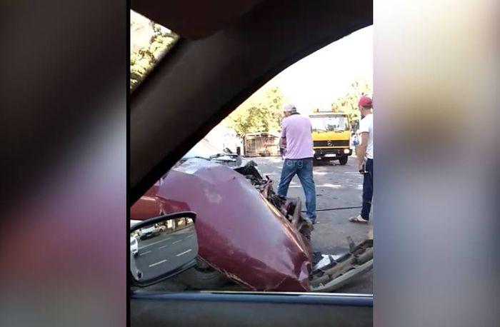 <b>Видео</b> — В центре Бишкека перевернулась маршрутка