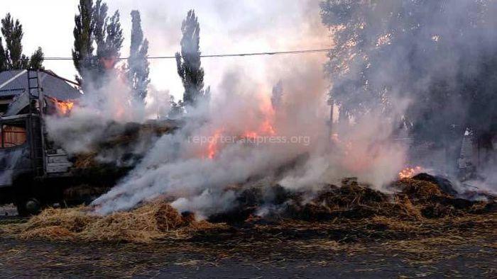 Фото, видео — В Ивановке горит грузовик с сеном