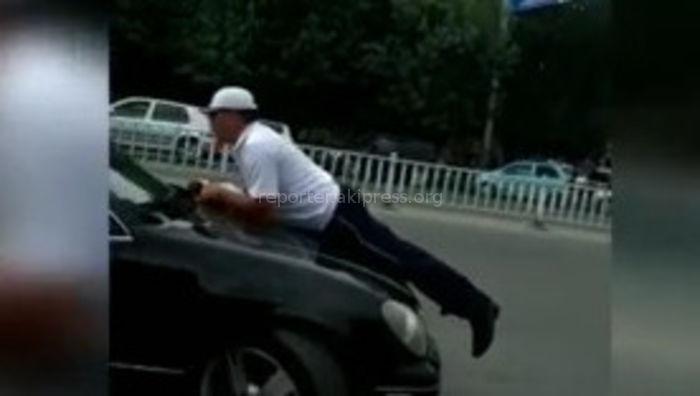 Видео — В Жалал-Абаде инспектора ООБДД прокатили на капоте машины