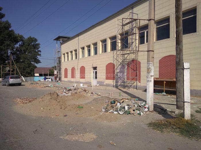 Житель Сокулука просит убрать строймусор на проезжей части трассы Бишкек—Кара-Балта