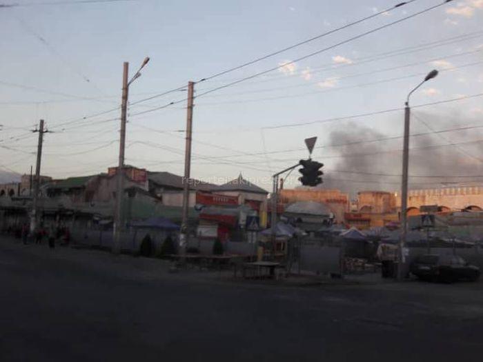 <b>В Бишкеке горит кровля мясокомбината, огонь охватил порядка 1 тыс. кв.м <i>(видео, фото)</i></b>