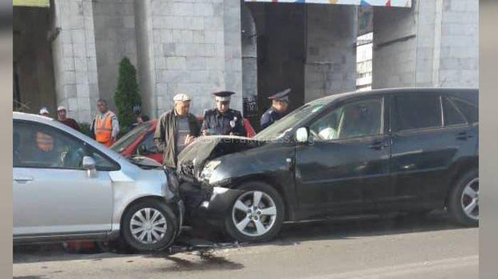 Фото — На площади «Ала-Тоо» столкнулись «Хонда Фит» и «Лексус»