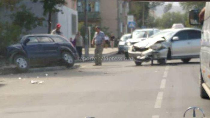 В Бишкеке произошло ДТП с участием двух машин <i>(фото, видео)</i>