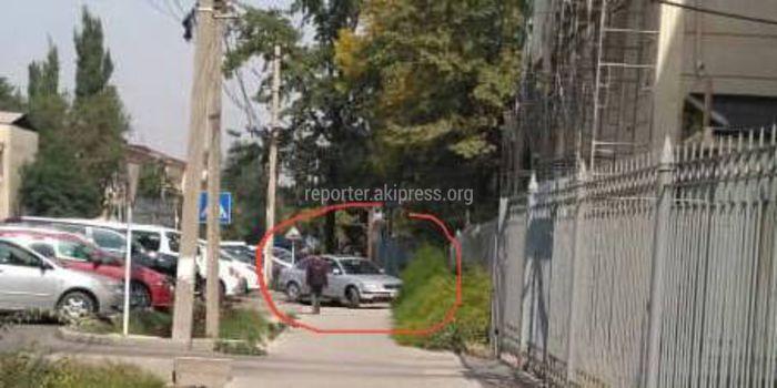 Водитель легковушки перекрыл тротуар на улице Тыныстанова (фото)