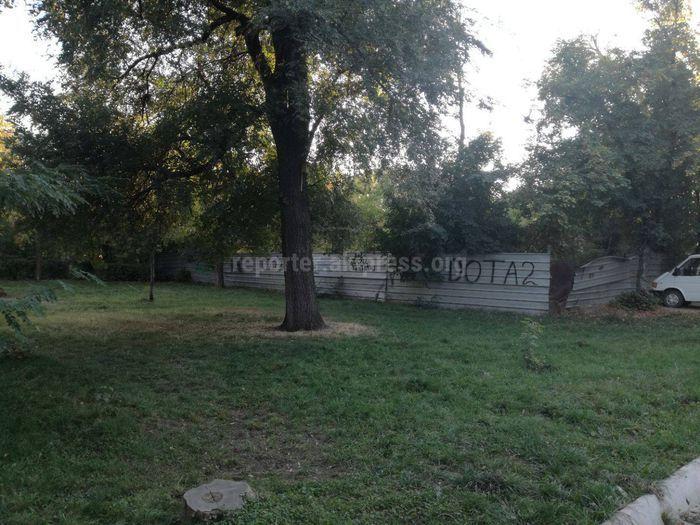 УЗС не смогло выяснить законность ограждения участка в парке на улице Бакаева
