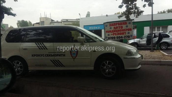 Машина охранного агентства едет по тротуару (видео)