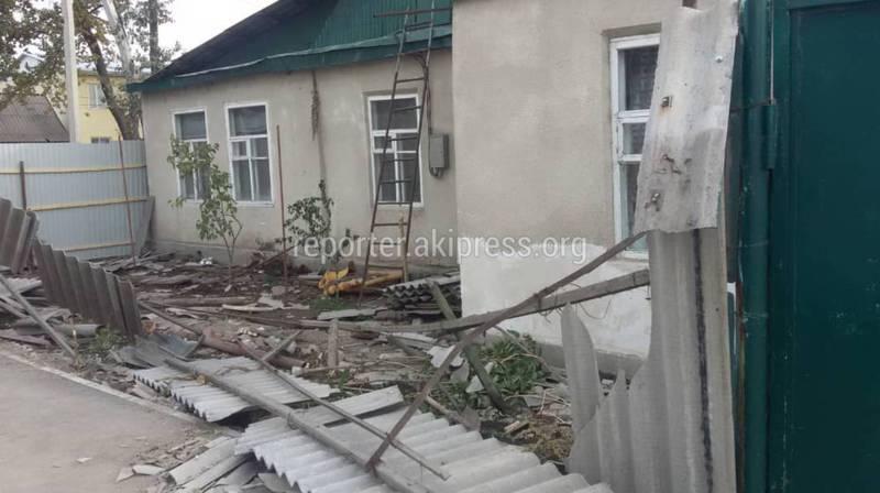 Фото, видео — На Баялинова-Орозбекова машина врезалась в дом. Во второй раз за неделю