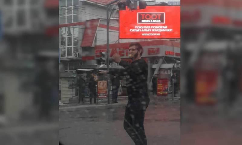 Видео — Неравнодушный горожанин регулировал движение на Суеркулова-Юнусалиева во время пробки