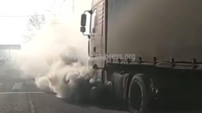 На улицах Бишкека грузовые авто дымят и создают плохую видимость, читатель (видео)