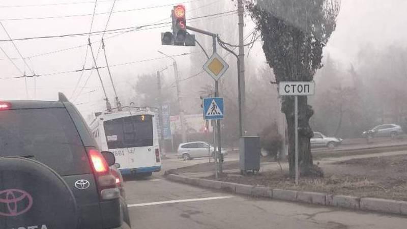 На Горького-7 апреля троллейбус выехал за стоп-линию (фото)