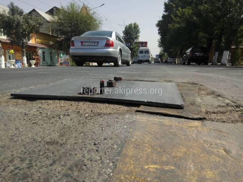 В Оше люк на дороге закрыли металлическим листом и заболтовали на период проведения аварийных работ