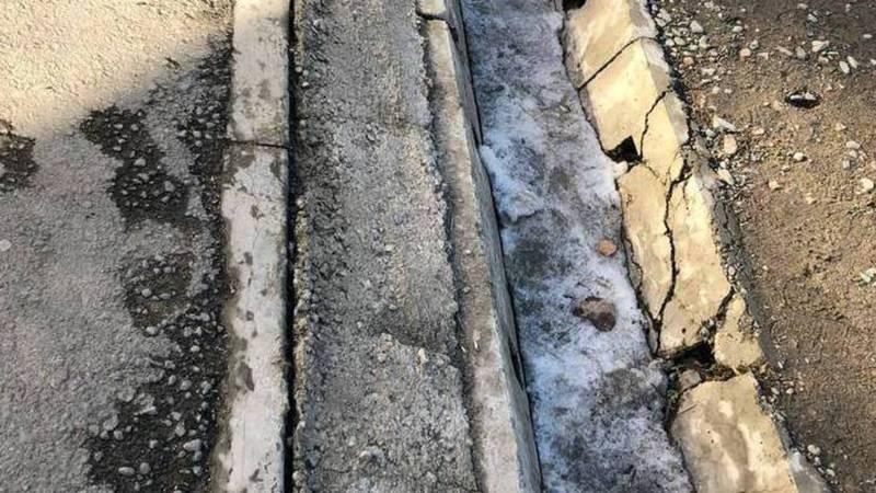 В 12 микрорайоне разрушились бордюры, арычные лотки и асфальтовое покрытие - бишкекчанин (фото)