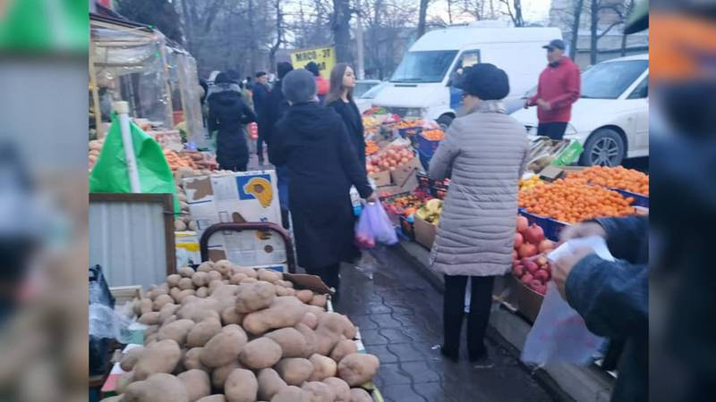 На тротуаре ул.Айни образовался базар, - житель (фото)