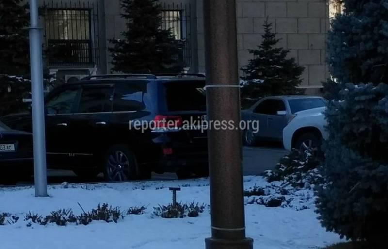 Фото — «Тойота Лэнд Крузер» без задних госномеров возле мэрии Бишкека