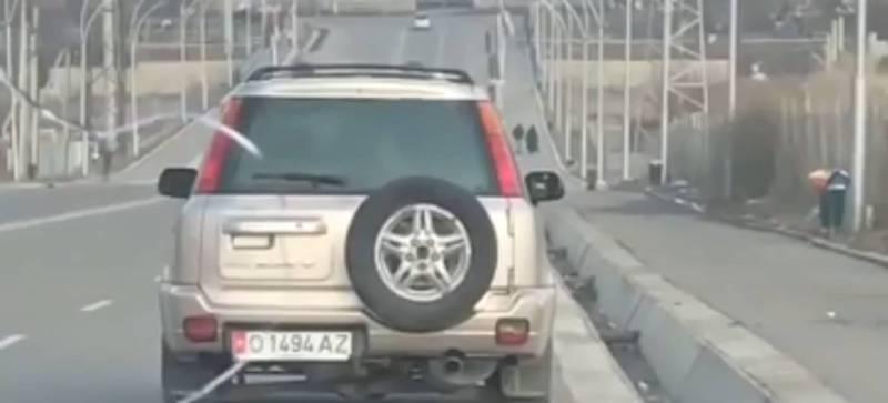 Видео — В центре Оша из машины в арык выбрасывали мусор