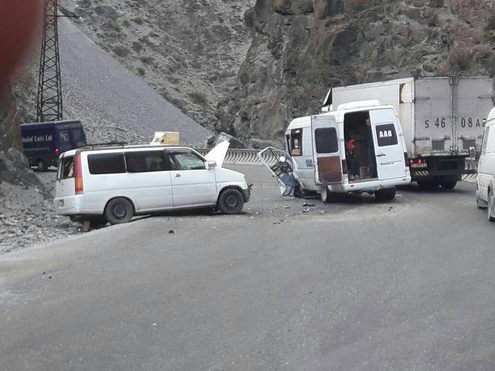 На перевале Төө-Ашуу столкнулись минивен и маршрутка <i>(фото)</i>