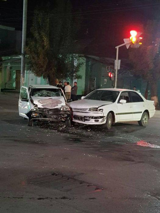 На улице Курманжан Датки в Оше столкнулись две машины, есть пострадавшие <i>(фото)</i>
