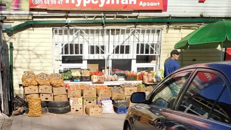 Стихийная торговля на улице Айни-Шота Руставели до сих пор продолжается, - бишкекчанин (фото)