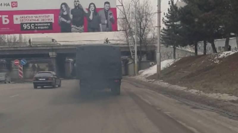 В Бишкеке на улице Ибраимова у грузовика из выхлопной трубы идет густой дым, - житель (видео)
