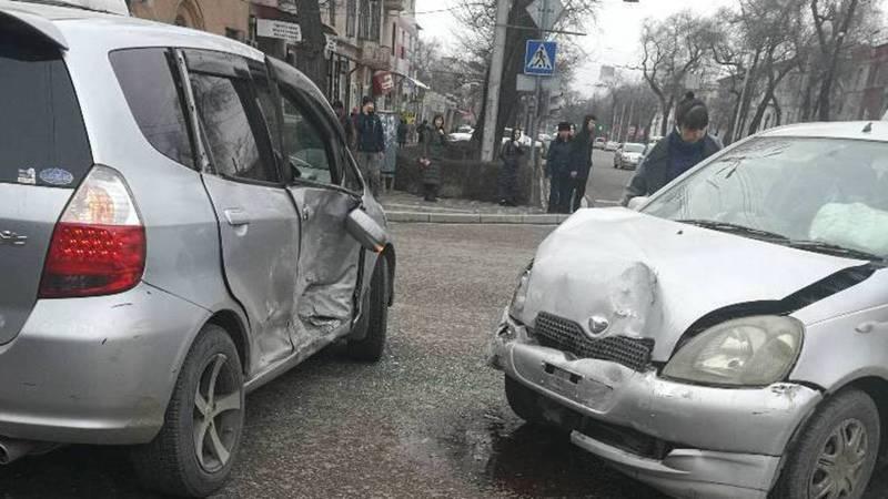 В Бишкеке на Чуй-Турусбекова столкнулись два такси (видео)