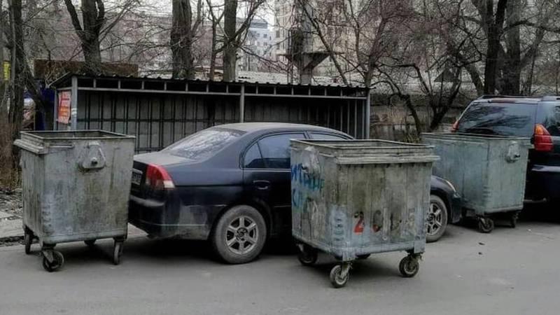Автомашину заблокировали мусорными баками за неправильную парковку (фото)