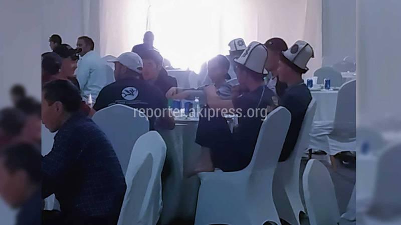«Свистят и накидываются на еду». Соцсети возмущены поведением кыргызстанцев на фестивале «Вселенная кочевников» в Саудовской Аравии