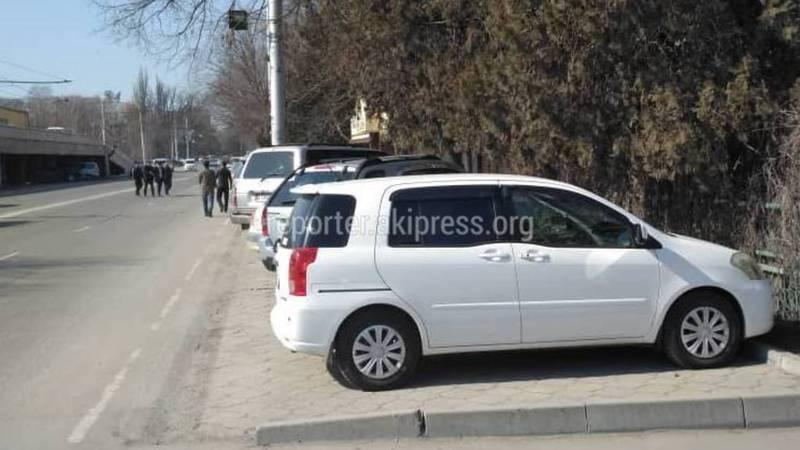 Бишкекчанин интересуется, законно ли кафе «Бухара» огородило тротуар на ул.Жумабека? (фото)