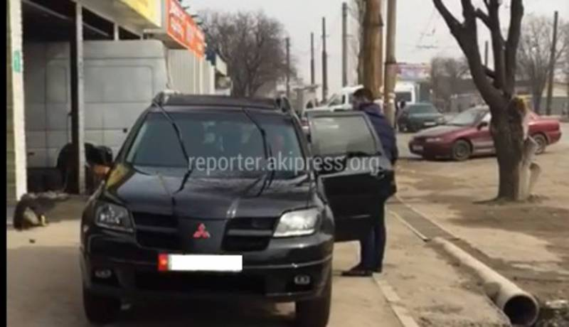 В мкр.Тунгуч работники автомойки моют машины на тротуаре (видео)
