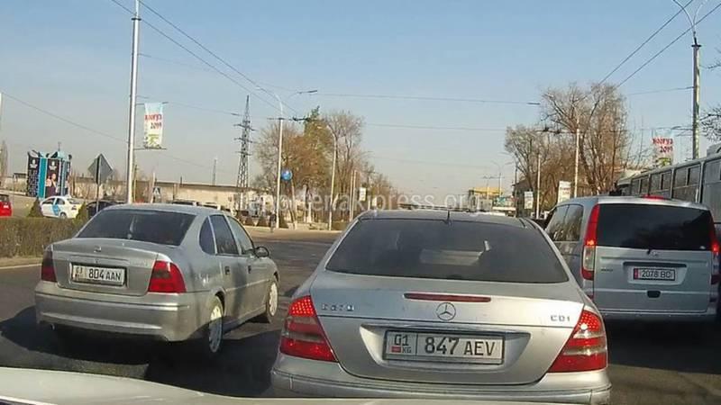 В Бишкеке на пр.Ч.Айтматова водитель «Опеля» выехал на встречную полосу (видео)