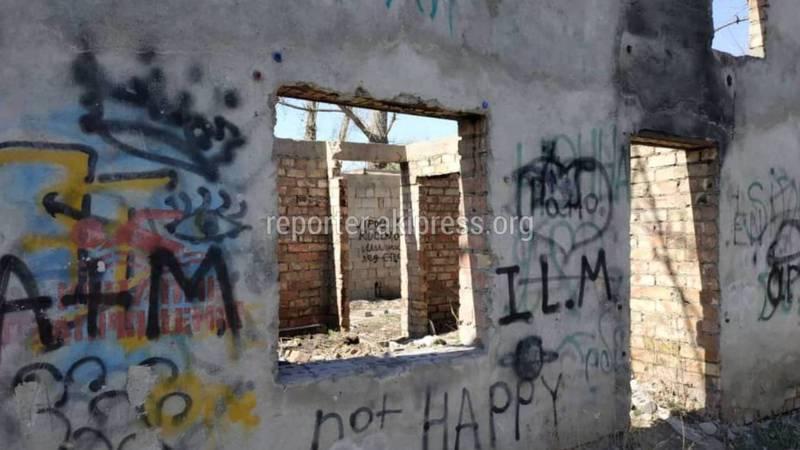 Заброшенное кафе в мкр Аламедин-1 превратилось в мусорку, - бишкекчанин (фото)